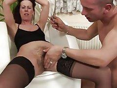 Slank chick i strømper sort gerne & s hendes behårede fisse stak