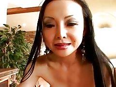 Asiatiske milf tager det i hendes røv