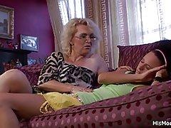 Mor vågnede hende slikke sin våde fisse