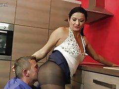 Hot husmor knepper i køkkenet