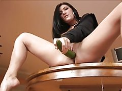 Hot modne brunette - big dildo dyb agurk