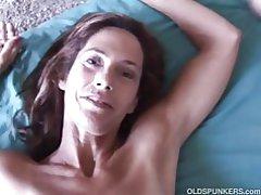 Slim ældre babe nyder en hård pik i hendes stramme røvhul