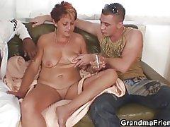 Sexet bedstemor suger og rider på en gang