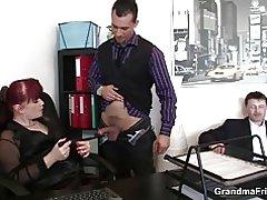 Business kvinde spreder sin gamle fisse for to haner