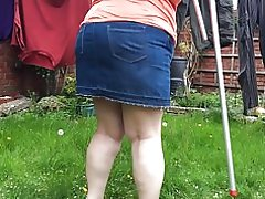 Cindy tager i vask. naboer i deres have.