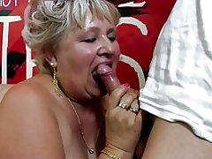 Gamle granny får sin behårede fisse boret af ung dreng