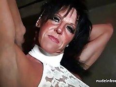 Busty mor hårdt bankede i en sex-shop kælder