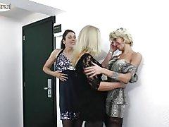 Amatør lesbisk mødre fuck hinanden i 3nogle