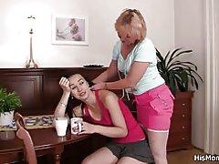Blonde mor og teen gå lesbisk