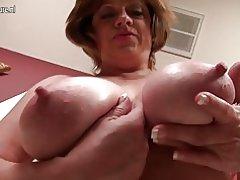 Ældre amerikansk mor med saggy store bryster