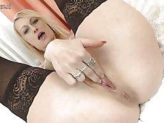 Hot blondine husmor leger med hendes dildo