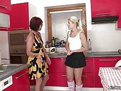 Hot modne, og teen Lesbisk scene på køkkenet