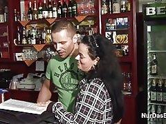 Tyske 38yr gamle mor får kneppet i bar af yngre fremmed