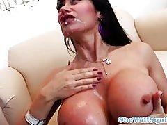 Busty modne squirter fingre af hendes læge